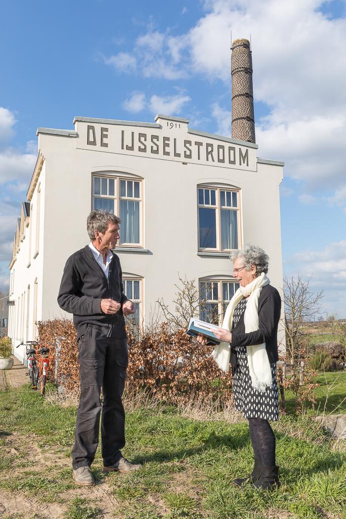 Mw. Manja Pach en Peter Kooij voor de locatie van de IJsselstroom